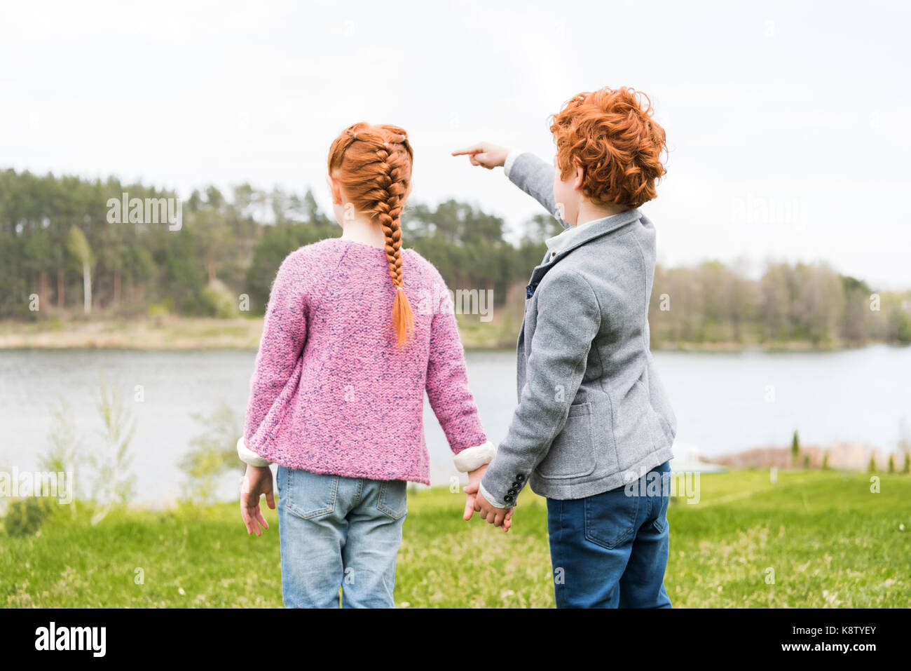 siblings holding hands - Stock Image