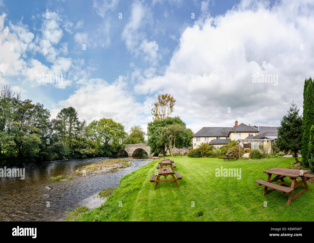Bridge over the River Exe and the Anchor Inn, Exebridge, a village on the Devon and Somerset border at the confluence - Stock Image