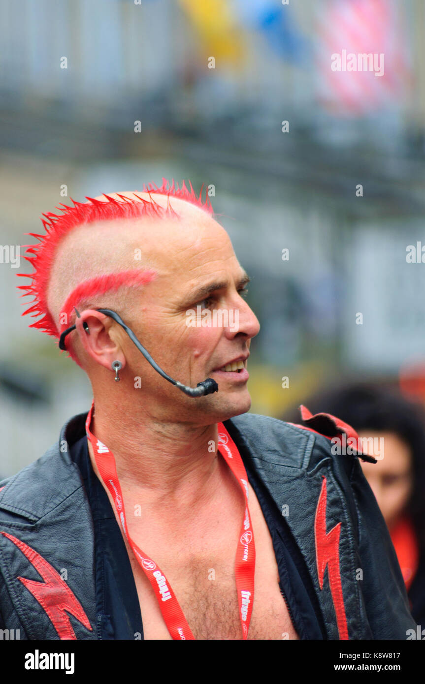 The Mighty Gareth, a male fire eater with distinctive hairstyle performing on the Royal Mile during the Edinburgh - Stock Image