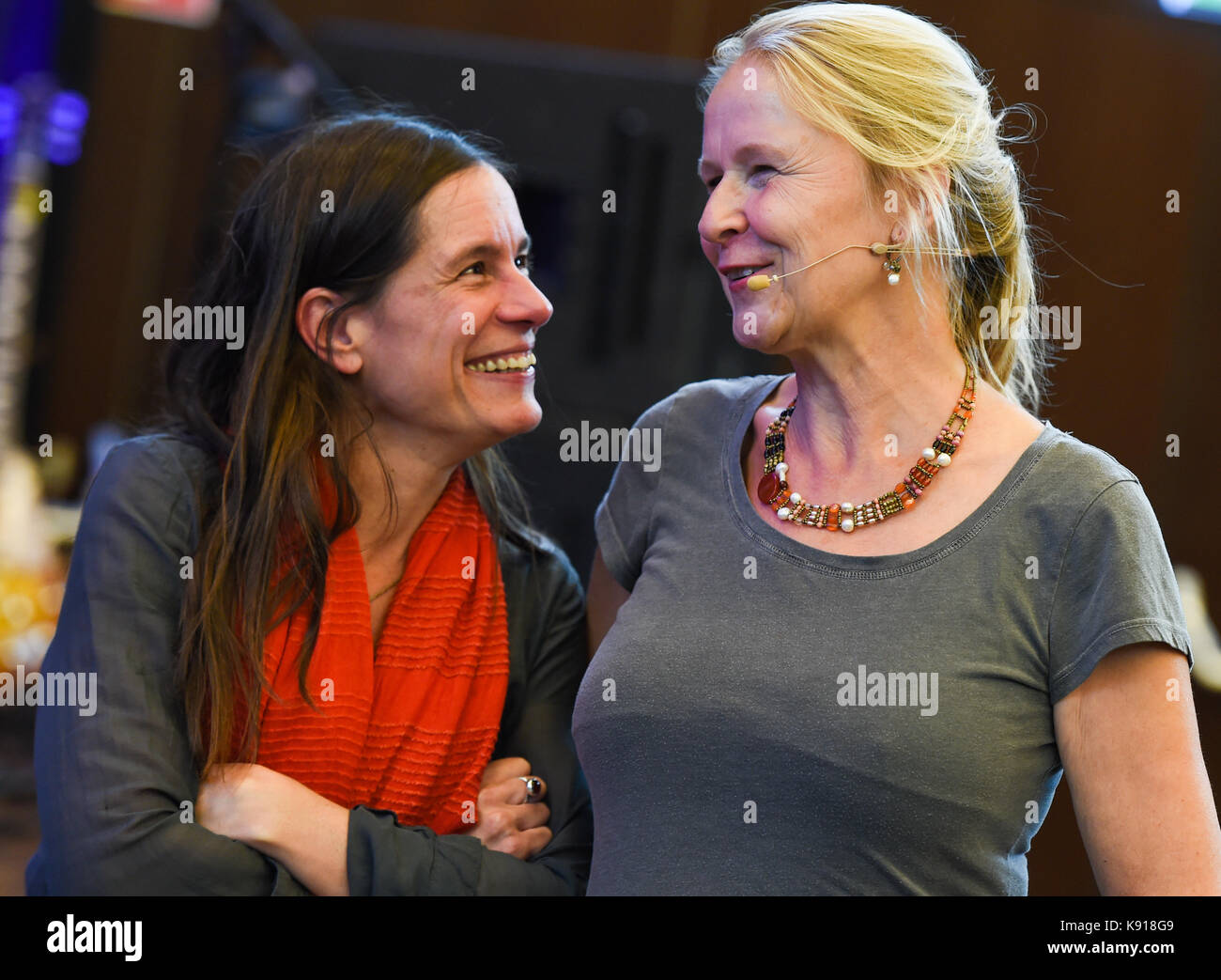 Hamburg University, Germany. 21st Sep, 2017. Children's book authors Isabel Abedi (l) and Cornelia Funke in - Stock Image