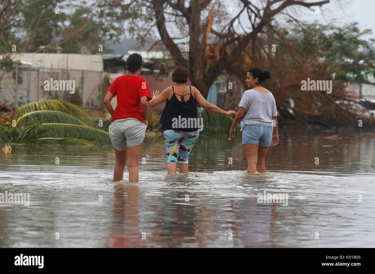 Toa Baja, Puerto Rico. 21st Sep, 2017. Three women cross a flooded street after hurricane Maria in Toa Baja, Puerto - Stock Image