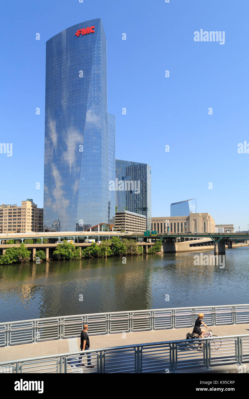 FMC Building (Pelli Clark Pelli) and Schuylkill River Trail Park and Boardwalk, Philadelphia, Pennsylvania, USA - Stock Image