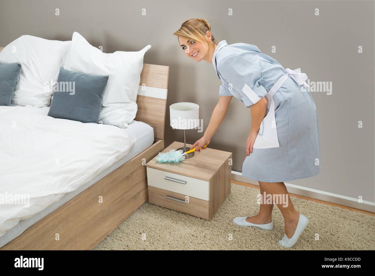видео служанка убирает постель комната выходила