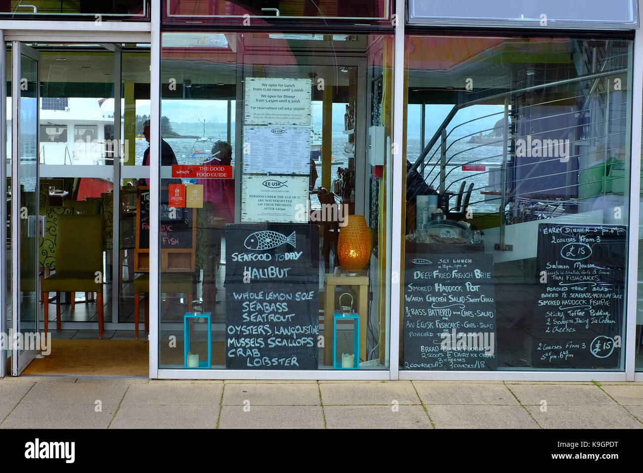 Cafe shop front window in Oban Scotland - Stock Image