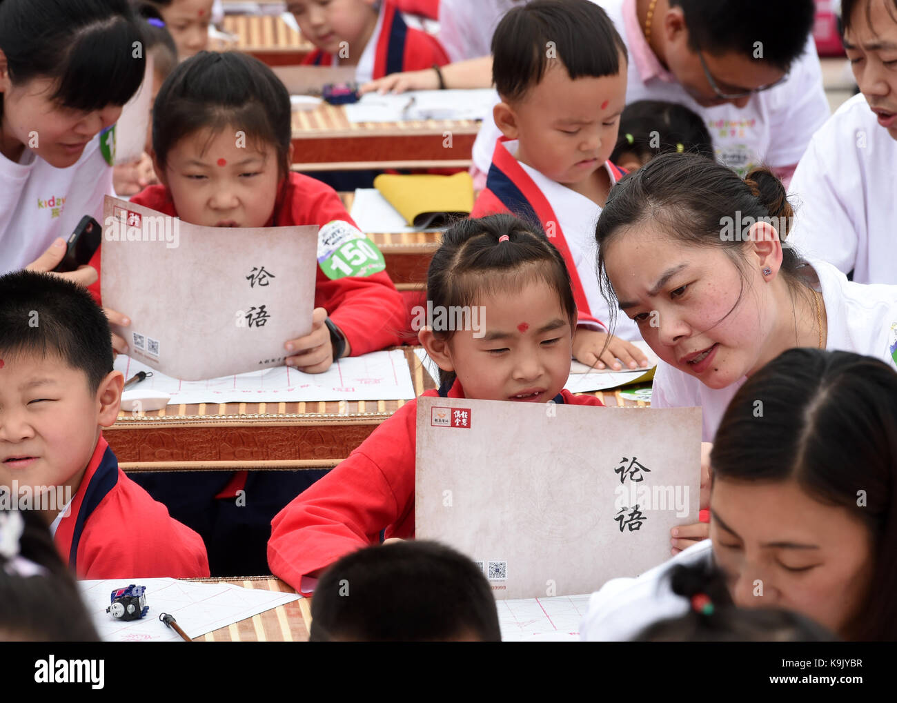 Nanjing, China's Jiangsu Province. 23rd Sep, 2017. Children accompanied by their parents attend a first writing - Stock Image
