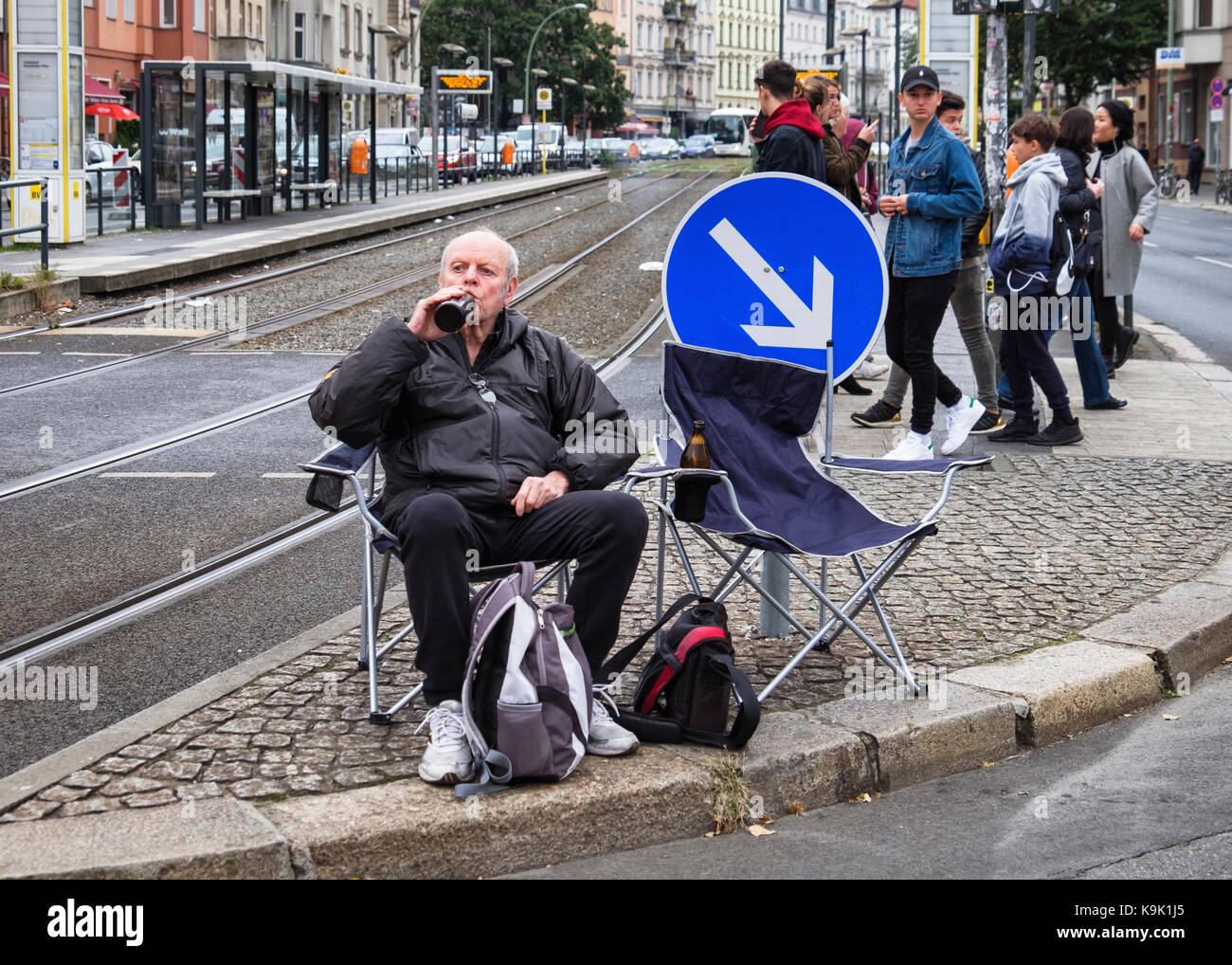 Berlin Germany. 23 September 2017, Senior man spectator waiting for Annual In Line Skating Marathon. In line skaters pass through RosenthalePlatz as they compete in the annual roller skating event. Eden Breitz/Alamy Live News Stock Photo
