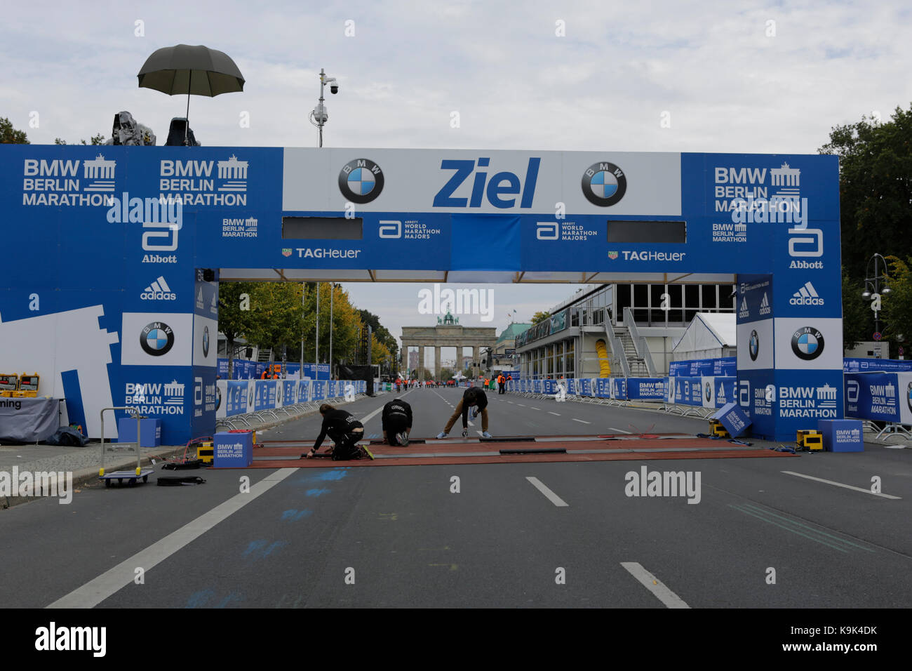 Berlin, Germany. 23rd September 2017. Workers add the finishing touches to the finishing line. The Brandenburg Gate can be seen in the background. Over 5,500 skater took part in the 2017 BMW Berlin Marathon Inline skating race, a day ahead of the  Marathon race. Bart Swings from Belgium won the race in 58:42 for the 5th year in a row. Credit: Michael Debets/Alamy Live News Stock Photo