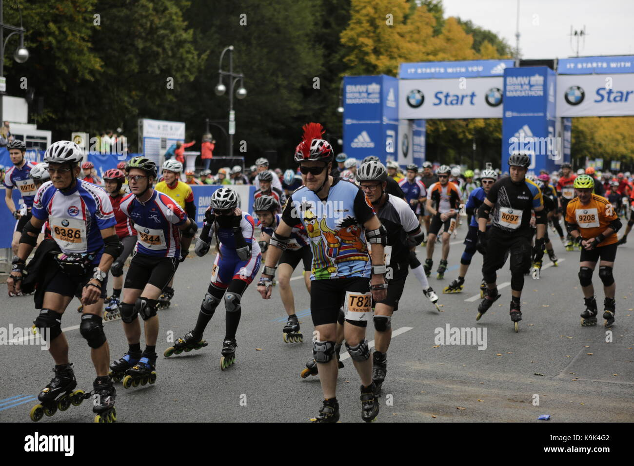 Berlin, Germany. 23rd September 2017. The skaters start the race in several waves. Over 5,500 skater took part in the 2017 BMW Berlin Marathon Inline skating race, a day ahead of the  Marathon race. Bart Swings from Belgium won the race in 58:42 for the 5th year in a row. Credit: Michael Debets/Alamy Live News Stock Photo