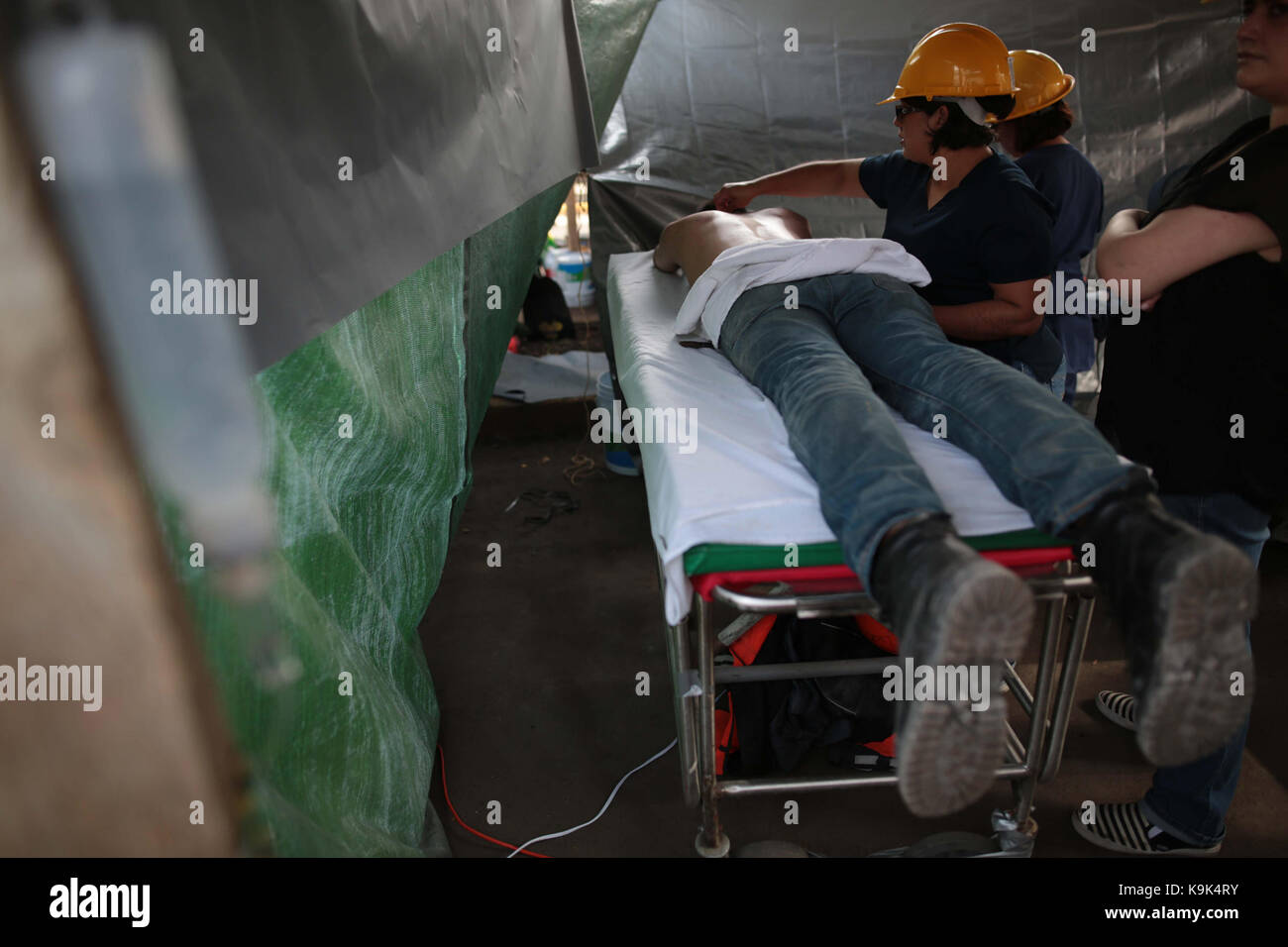 Volunteers offer massages to brigades during the rescue works in Mexico City, Mexico, 23 September 2017. A 6.4 Richter - Stock Image