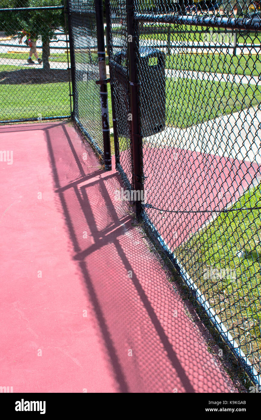Open gate on empty tennis court - Stock Image