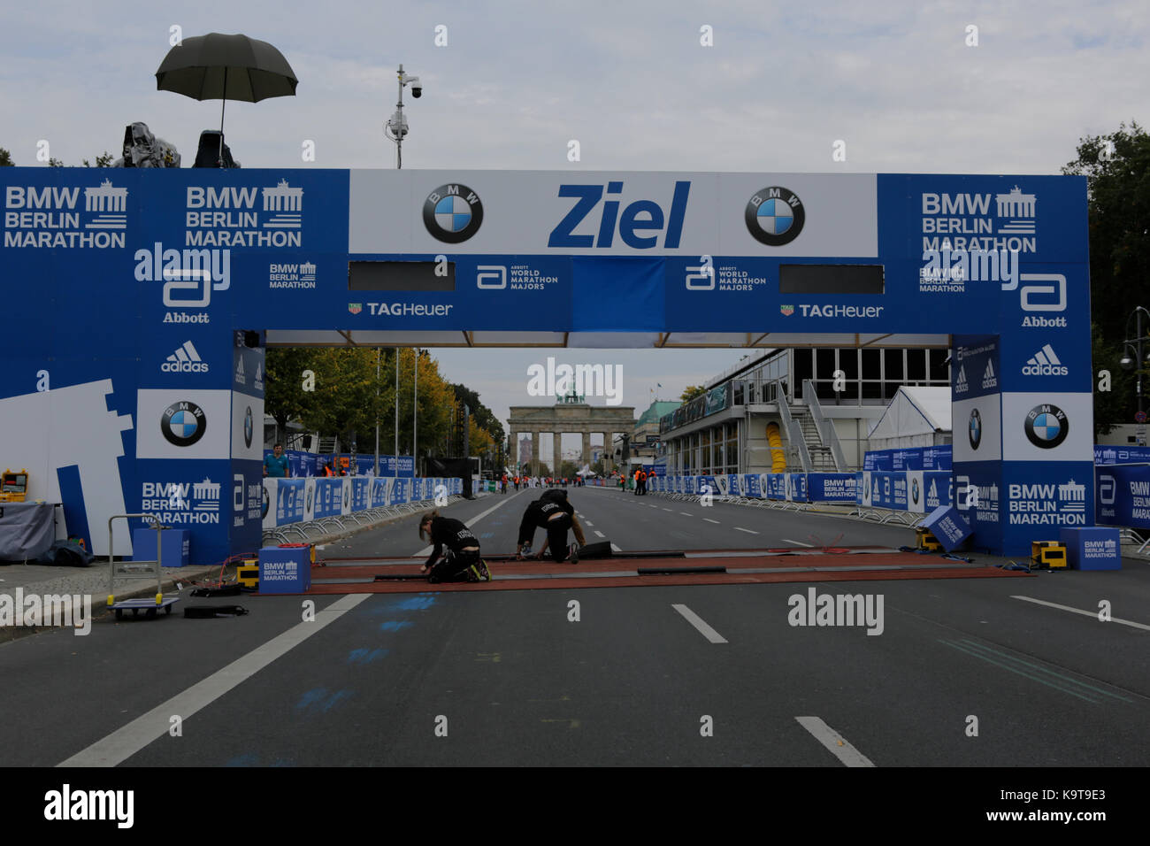 Berlin, Germany. 23rd Sep, 2017. Workers add the finishing touches to the finishing line. The Brandenburg Gate can be seen in the background. Over 5,500 skater took part in the 2017 BMW Berlin Marathon Inline skating race, a day ahead of the Marathon race. Bart Swings from Belgium won the race in 58:42 for the 5th year in a row. Credit: Michael Debets/Pacific Press/Alamy Live News Stock Photo