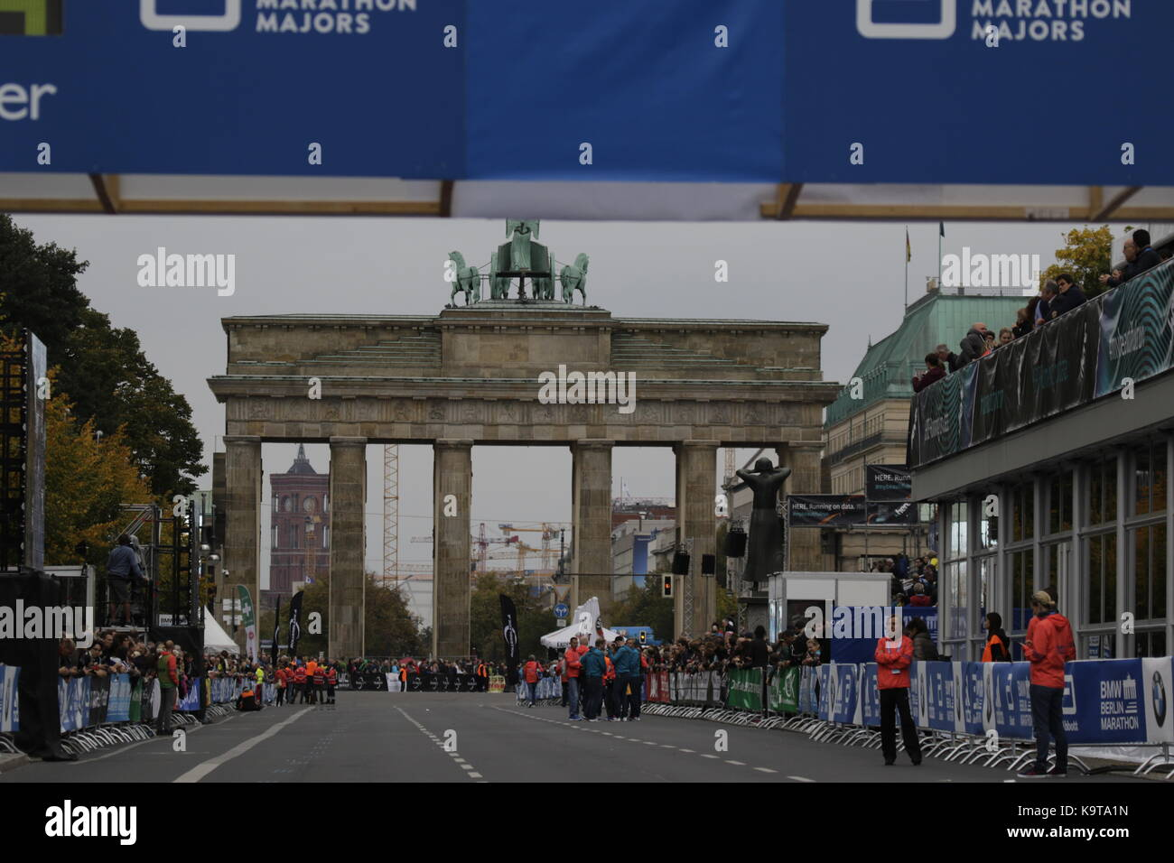 Berlin, Germany. 23rd Sep, 2017. View from the finishing line towards the Brandenburg Gate. Over 5,500 skater took part in the 2017 BMW Berlin Marathon Inline skating race, a day ahead of the Marathon race. Bart Swings from Belgium won the race in 58:42 for the 5th year in a row. Credit: Michael Debets/Pacific Press/Alamy Live News Stock Photo