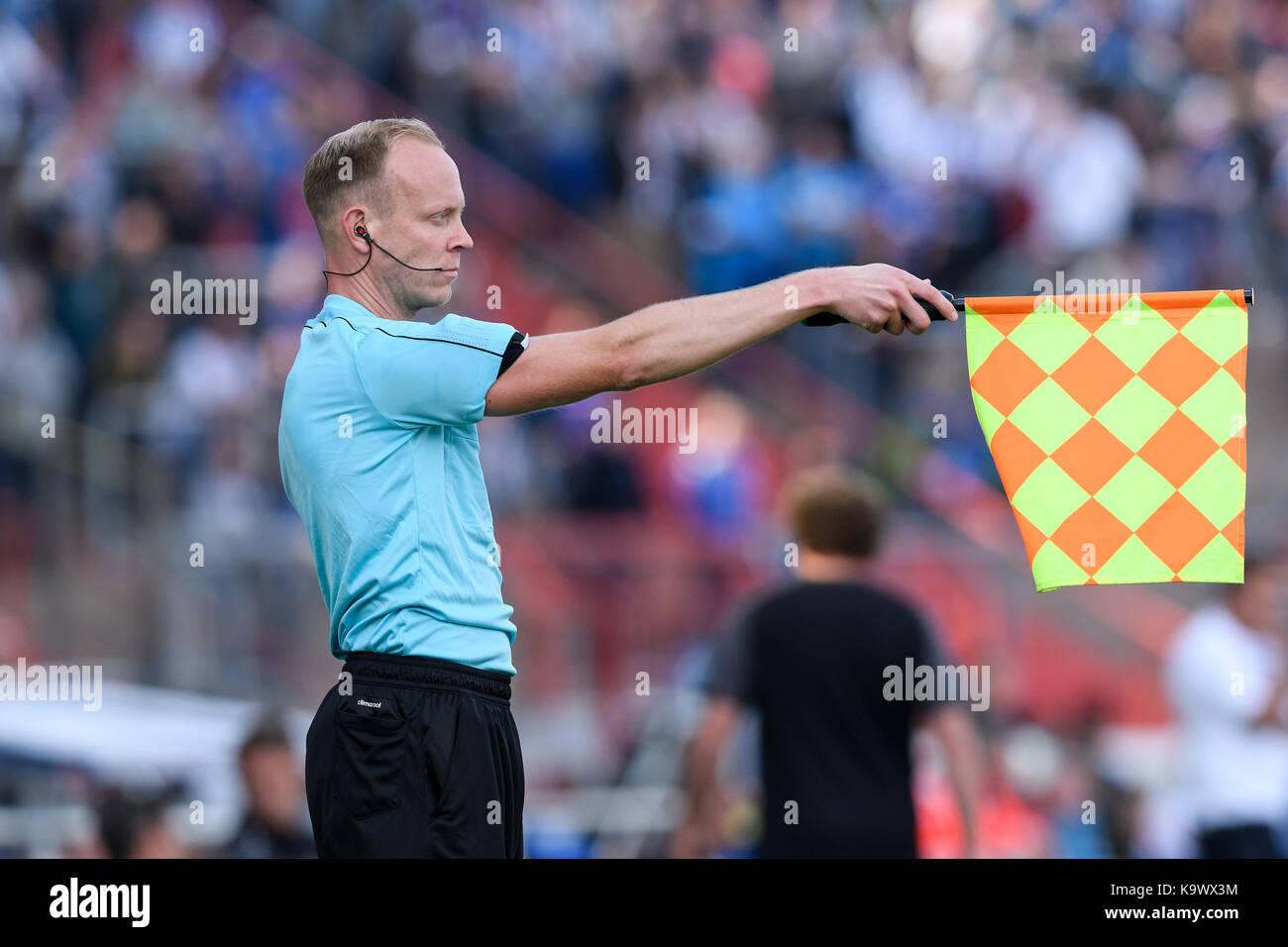 Karlsruhe, Deutschland. 24th Sep, 2017. Feature: Linienrichter zeigt Abseits an mit Fahne. GES/ Fussball/ 3. Liga: - Stock Image