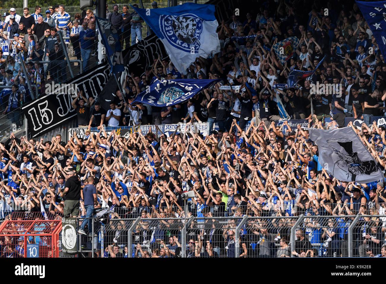Karlsruhe, Deutschland. 24th Sep, 2017. Feature KSC Fans klatschen. GES/ Fussball/ 3. Liga: Karlsruher SC - FC Rot - Stock Image