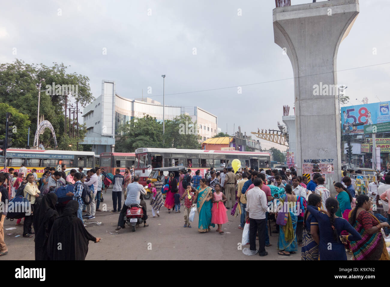 HYDERABAD,INDIA-23th SEPTEMBER,2017. A sreet scene of a busy shopping area in Koti in Hyderabad,India - Stock Image