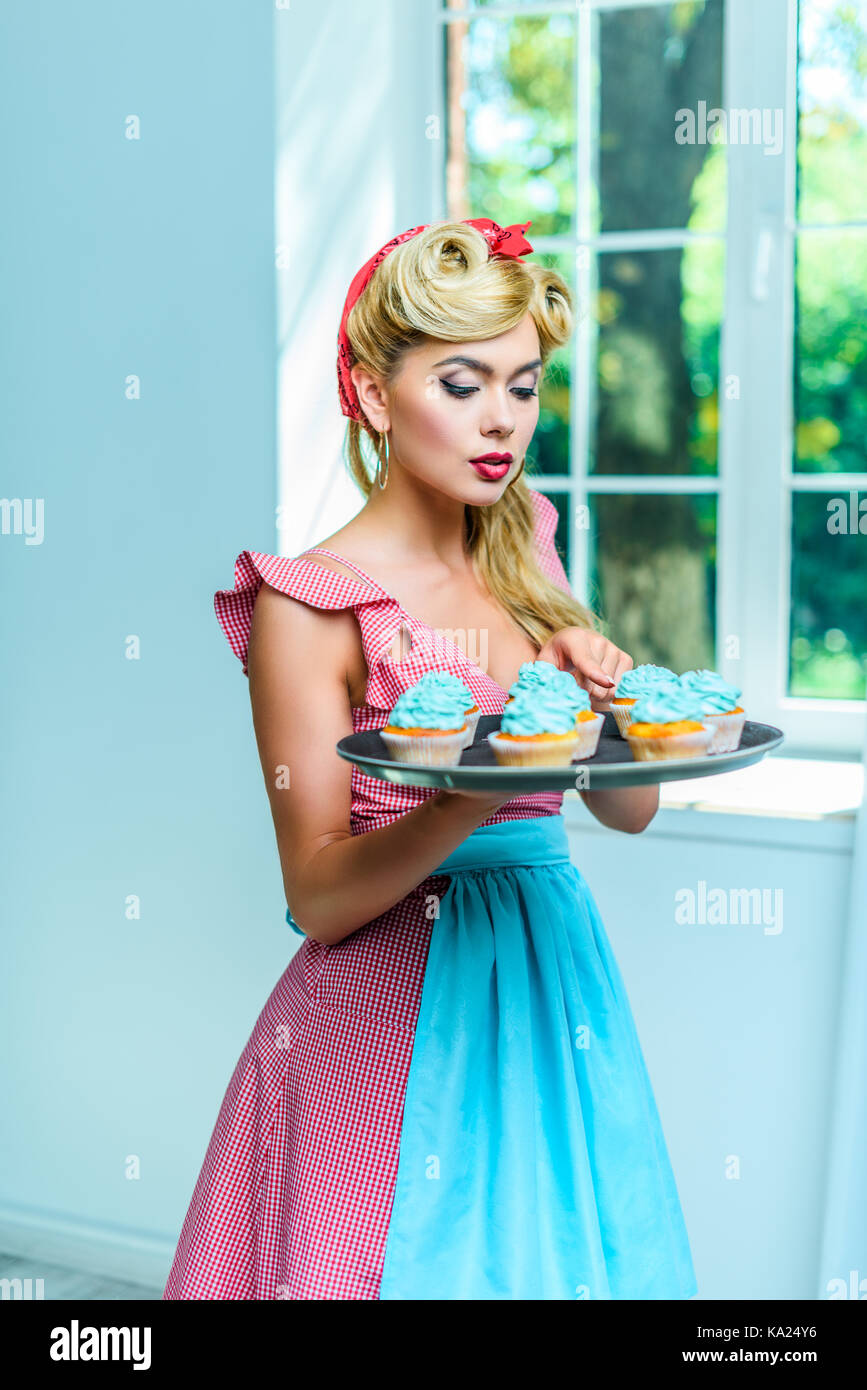 pin up housewife with cupcakes - Stock Image