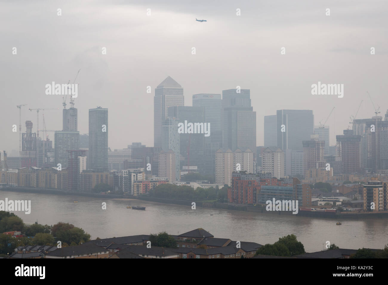 London, UK. 25th Sept, 2017. UK Weather: Morning city haze and cloud over Canary Wharf business park buildings in Stock Photo