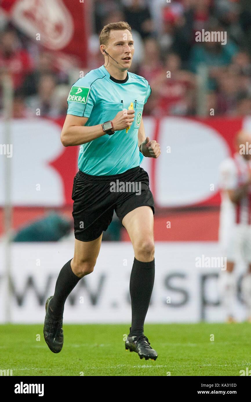 Schiedsrichter Martin PETERSEN (Stuttgart) bei seinem ersten Einsatz in der 1. Fussball Bundesliga. Ganzfigur, laufend. - Stock Image