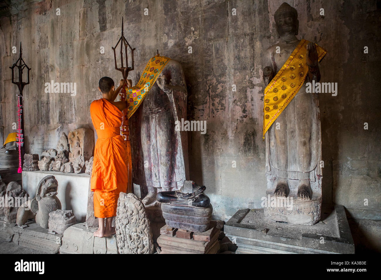 Monk embellishing religious sculptures, in Angkor Wat, Siem Reap, Cambodia Stock Photo