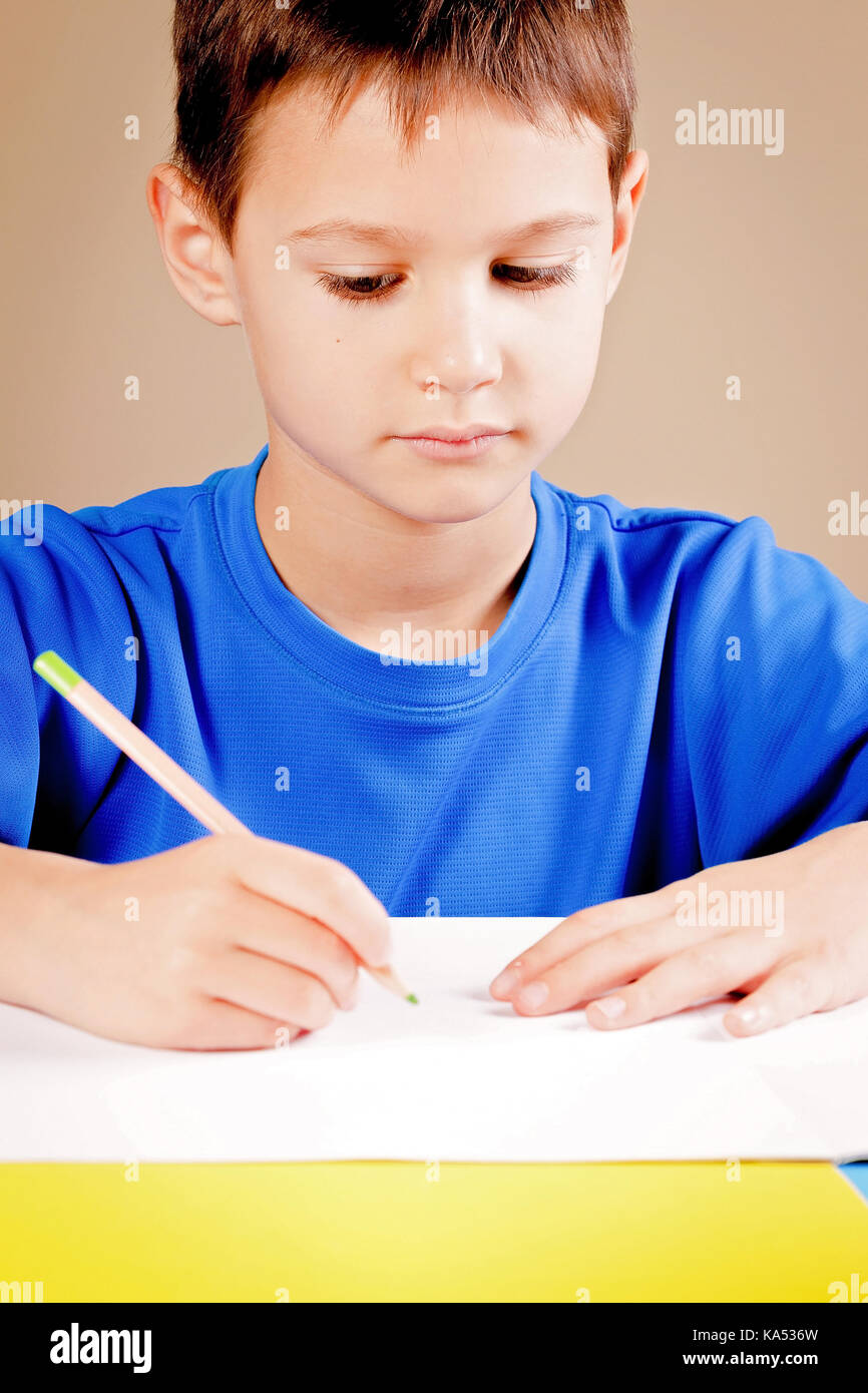 Little boy drawing with colored pencils - Stock Image