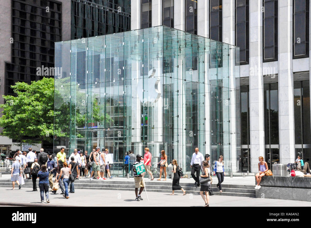 Iconic glass cube entrance to Apple's flagship store on 5th Ave, Midtown Manhattan, New York City, USA. Stock Photo