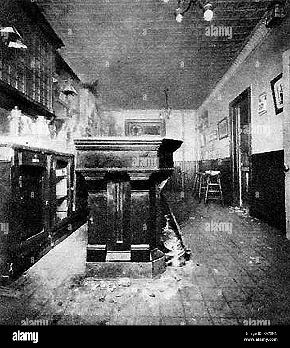 1920's/1930's PROHIBITION - A photograph showing the discovery of a New York speakeasy bar behind a restaurant - Stock Image
