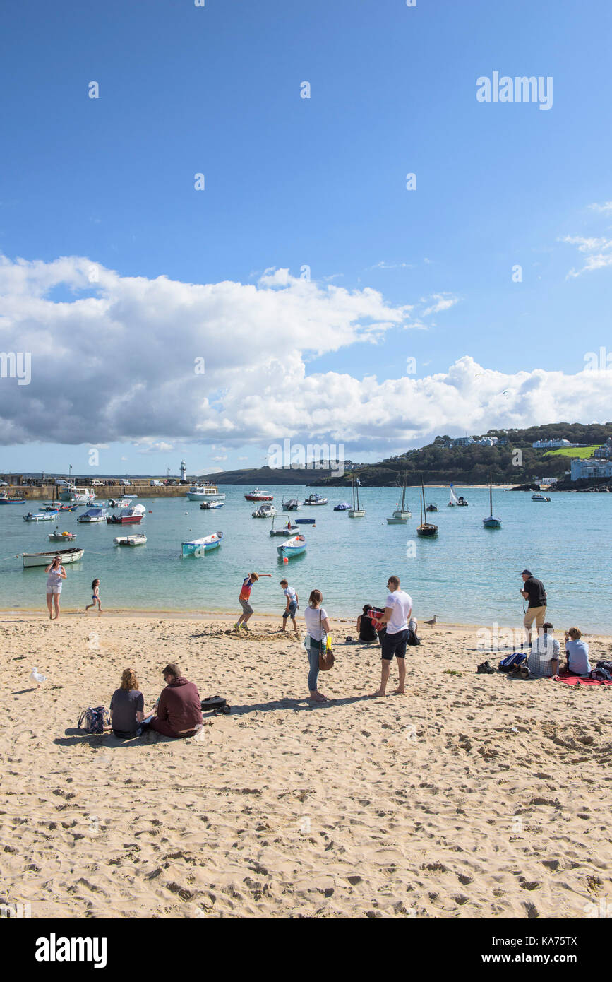 St Ives - holidaymakers relaxing on St Ives Harbour Beach in Cornwall. - Stock Image