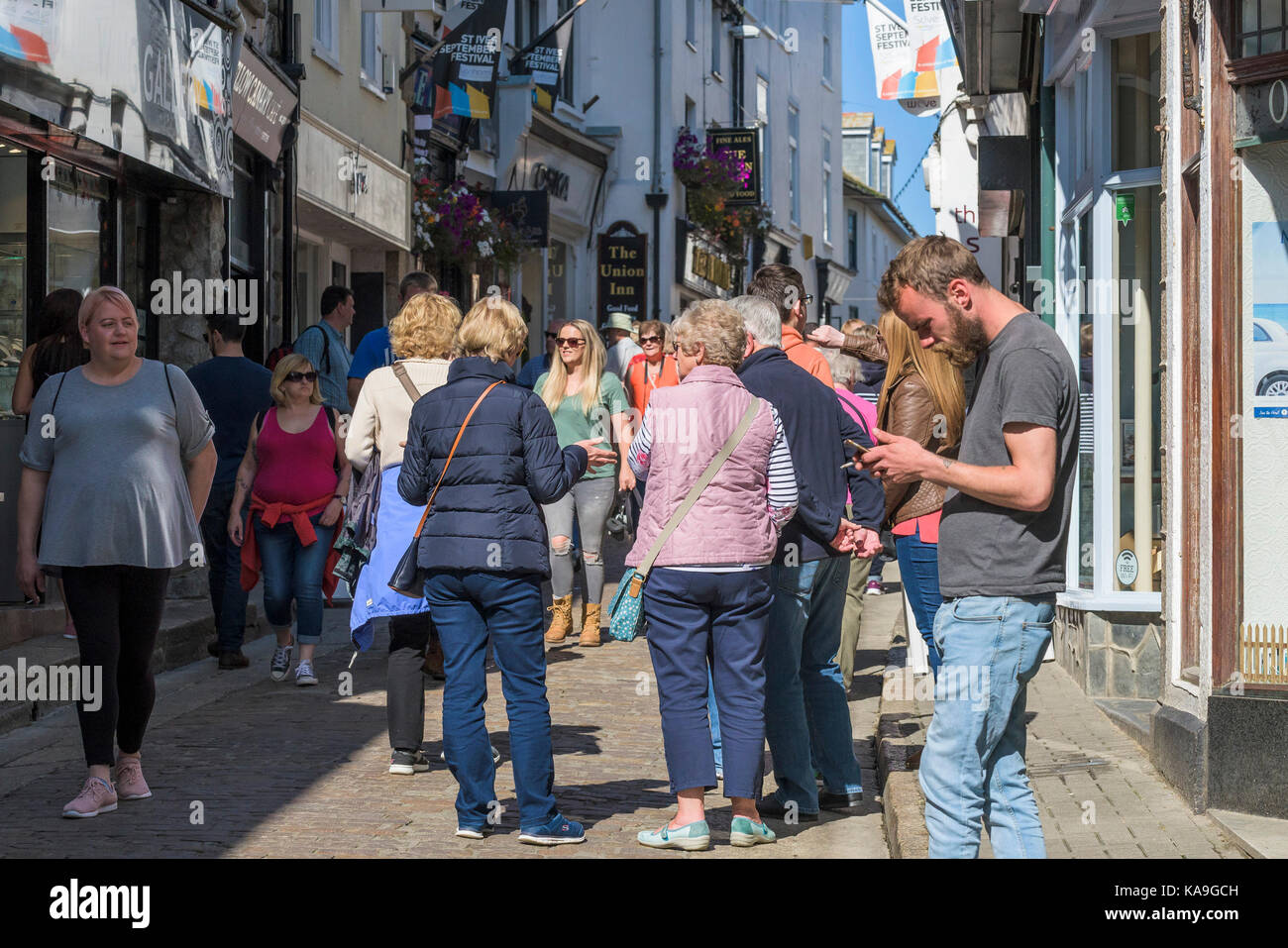 St Ives - a busy street scene in the picturesque St Ives town centre in Cornwall. - Stock Image