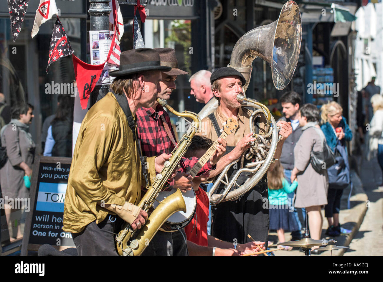 Street entertainers - the street entertainers or buskers Swervy World playing in the centre of St Ives in Cornwall. - Stock Image