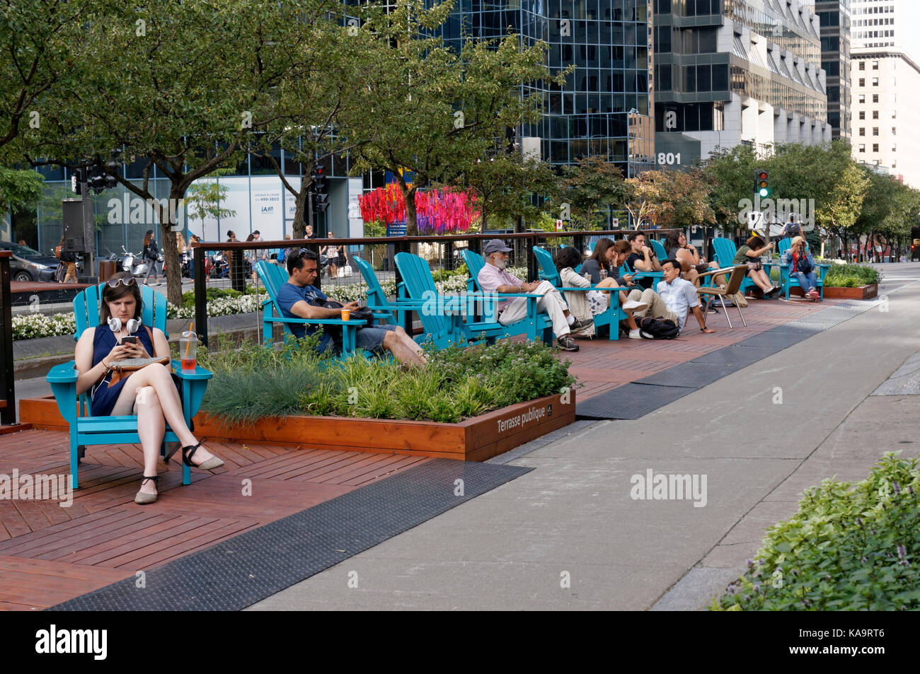 People sitting outdoors on McGill College Avenue, part of the Promenade Fleuve-Montagne river to mountain pedestrian - Stock Image