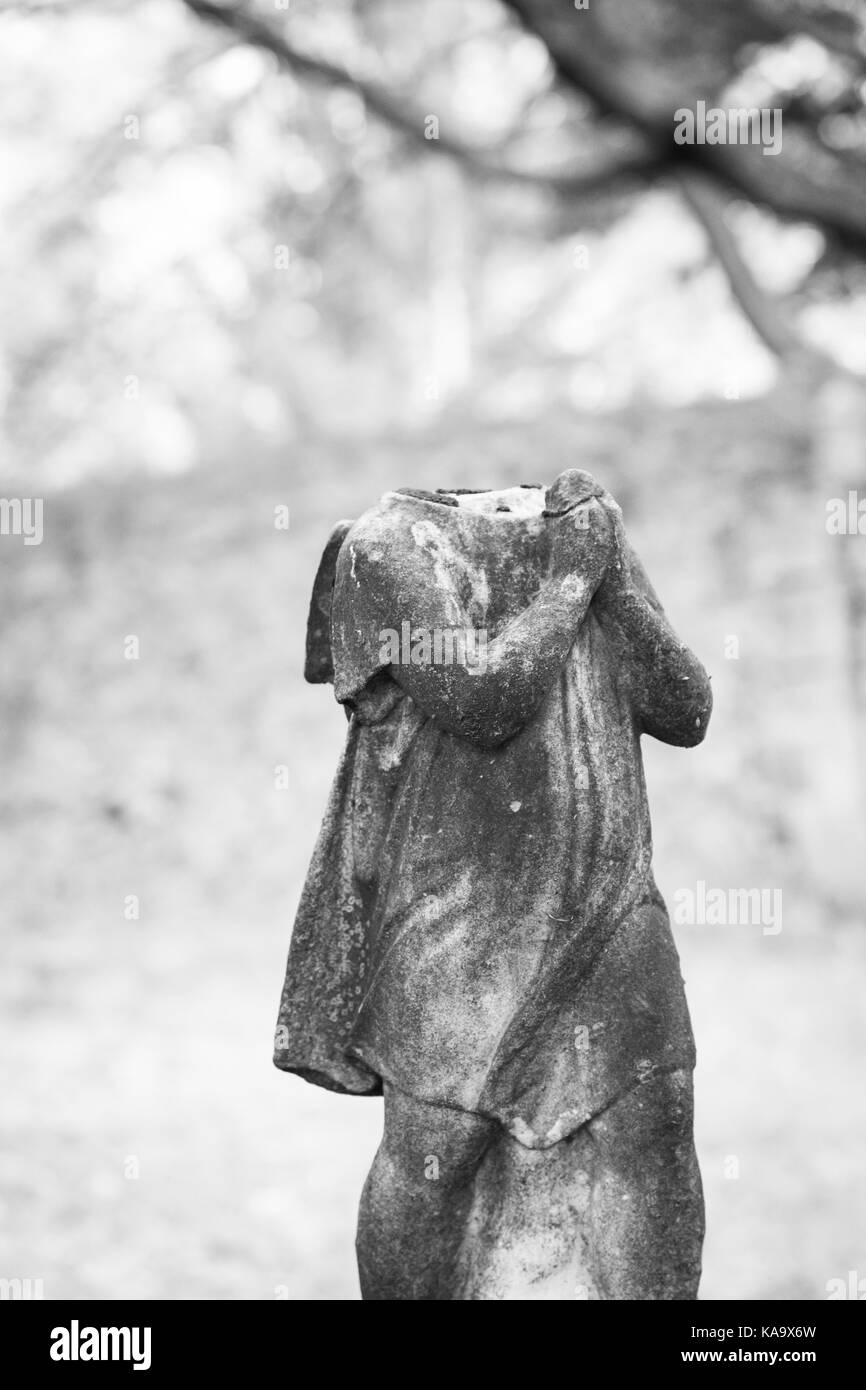 RAHWAY, NEW JERSEY - April 28, 2017: An old statue atop a grave has fallen apart at Rahway Cemetery - Stock Image