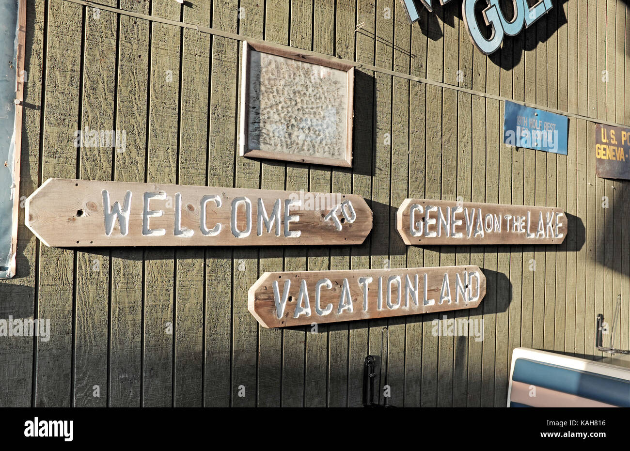 'Welcome to Geneva on the Lake Vacationland' is the theme of this outdoor bar on the Geneva-On-The-Lake - Stock Image