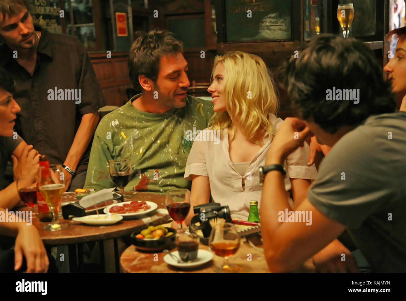 VICKY CRISTINA BARCELONA 2008 MGM film with from left: Javier Bardem and  Scarlett Johansson - Stock Image