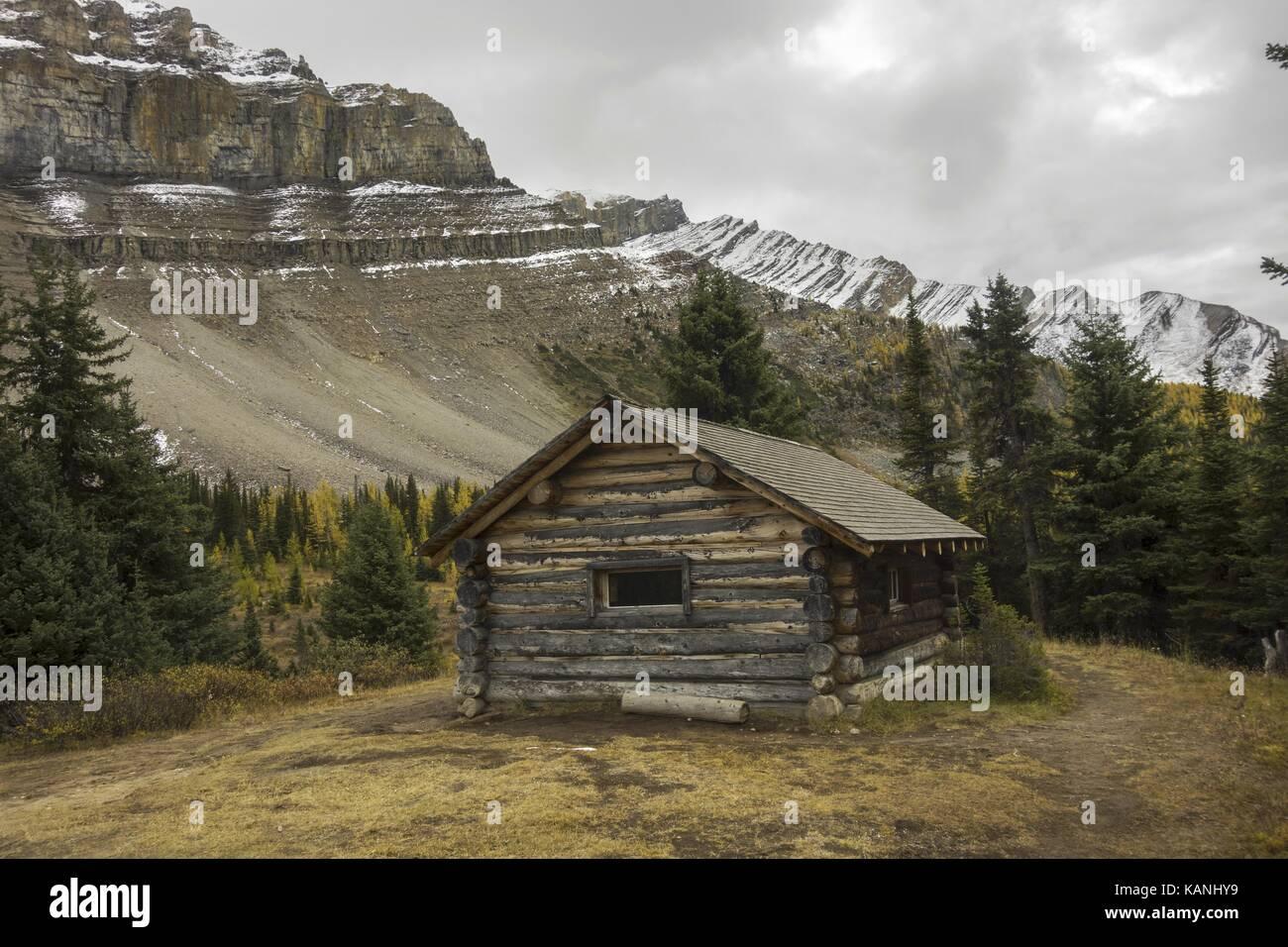 Halfway Hut, vintage landmark log cabin on great hiking trail to Skoki area of Banff National Park near Lake Louise - Stock Image