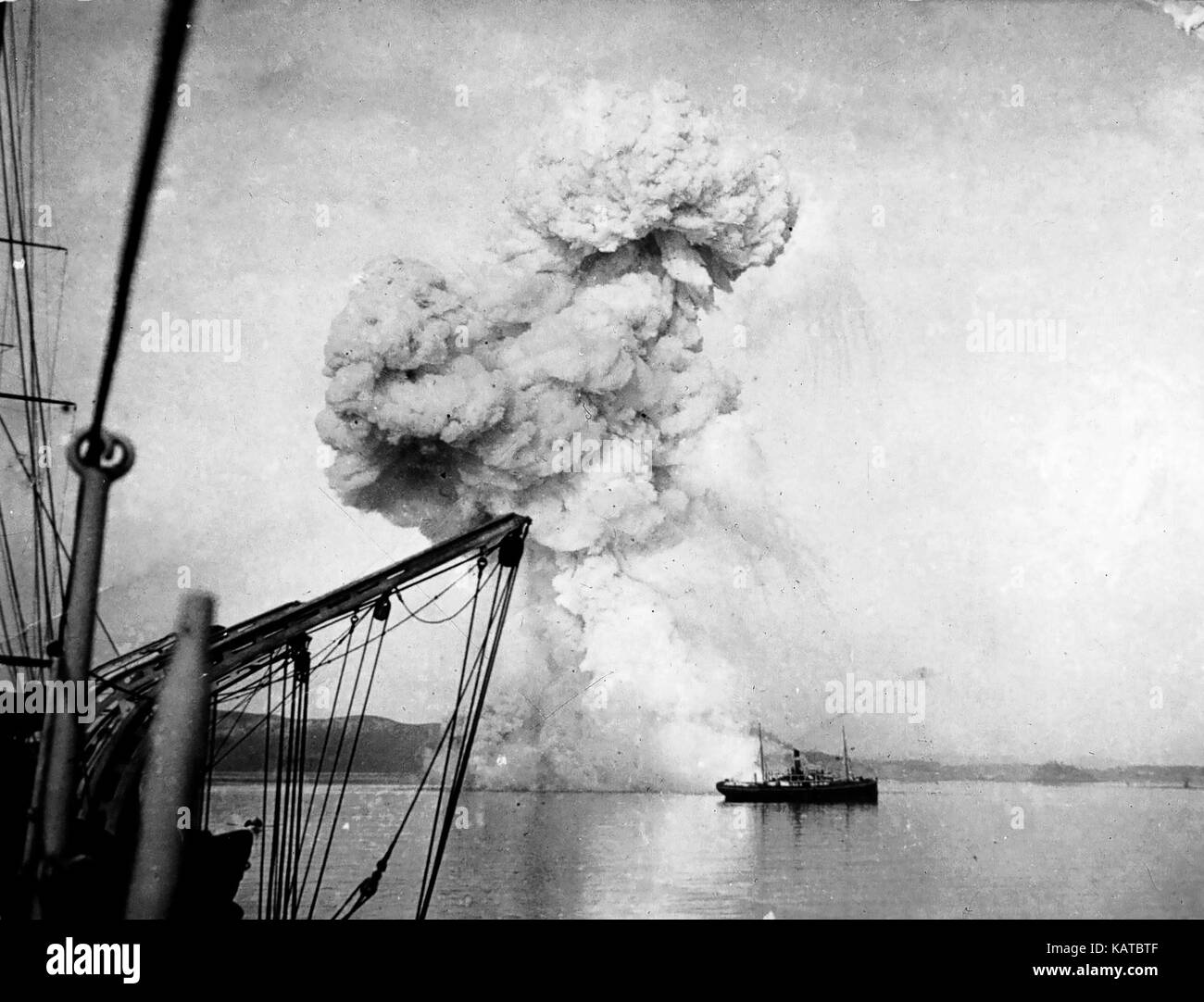 BATTLE OF CHEMULPO BAY 9 February 1904. The Russian gunboat Korietz explodes after it's crew scuttled the ship - Stock Image