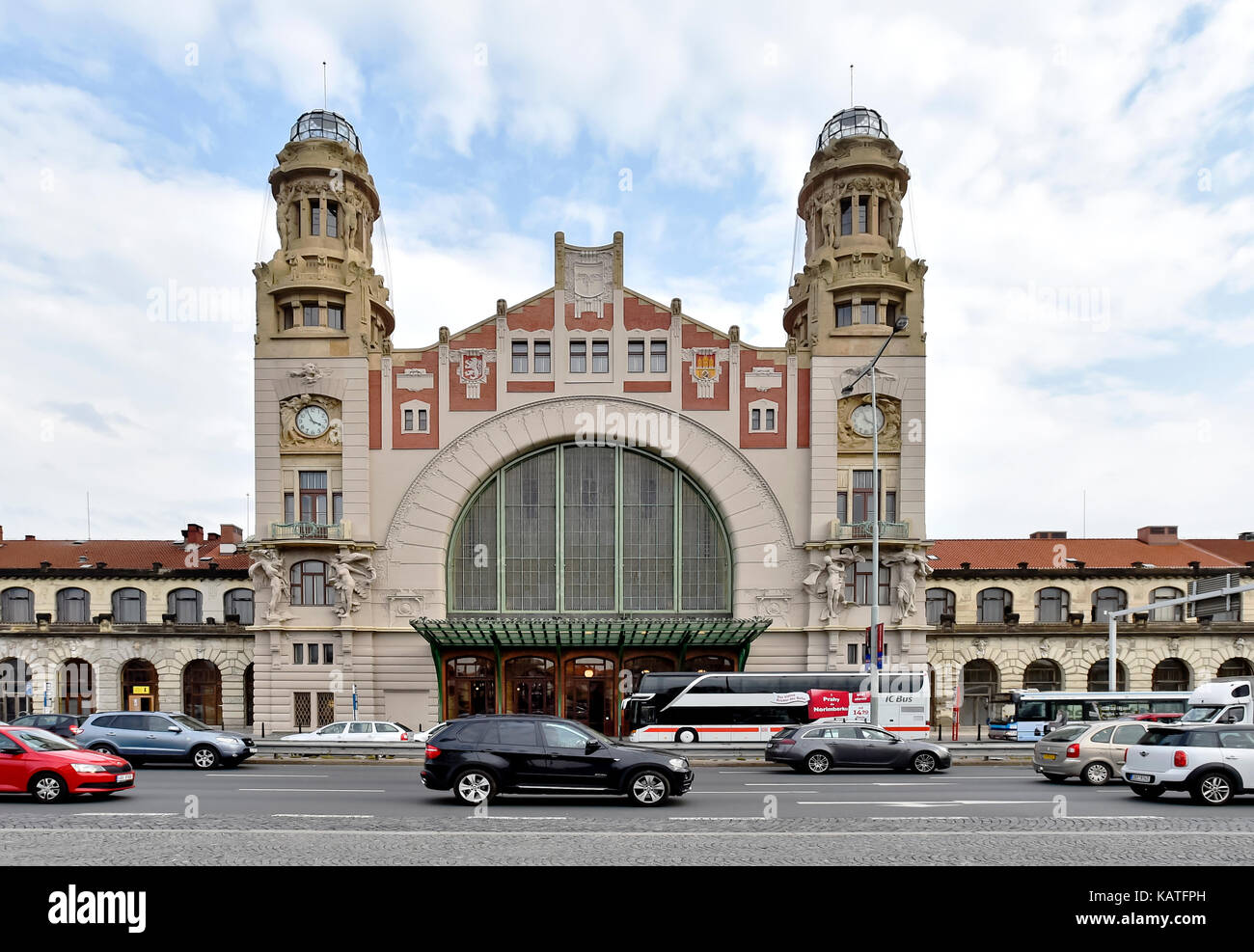 Prague, Czech Republic. 26th Sep, 2017. Prague 2 district court gave the verdict regarding one of complaints filed by Italy's Grandi Stazioni on who is the owner of the Fanta building at Prague main railway station, on September 27. The owner of the building is SZDC (Railway Infrastructure Administration), according the court verdict. On the photo, taken on September 26, is seen the front facade of the Art Nouveau Fanta's building of the railway station by architect Josef Fanta. Credit: Vit Simanek/CTK Photo/Alamy Live News Stock Photo