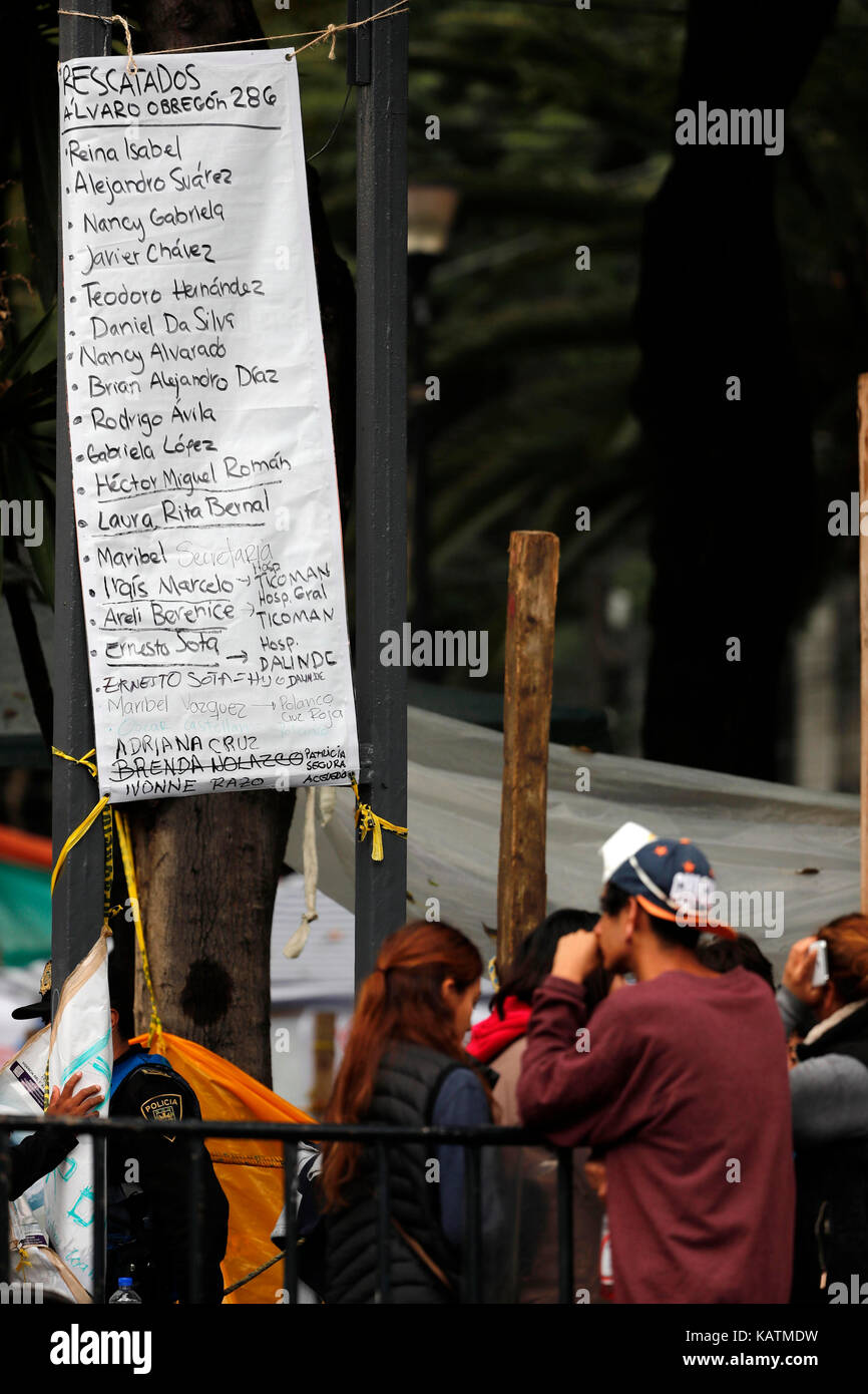 Mexico City, Mexico. 27th Sep, 2017. Relatives wait for news as brigades continue with the resuce works among the - Stock Image