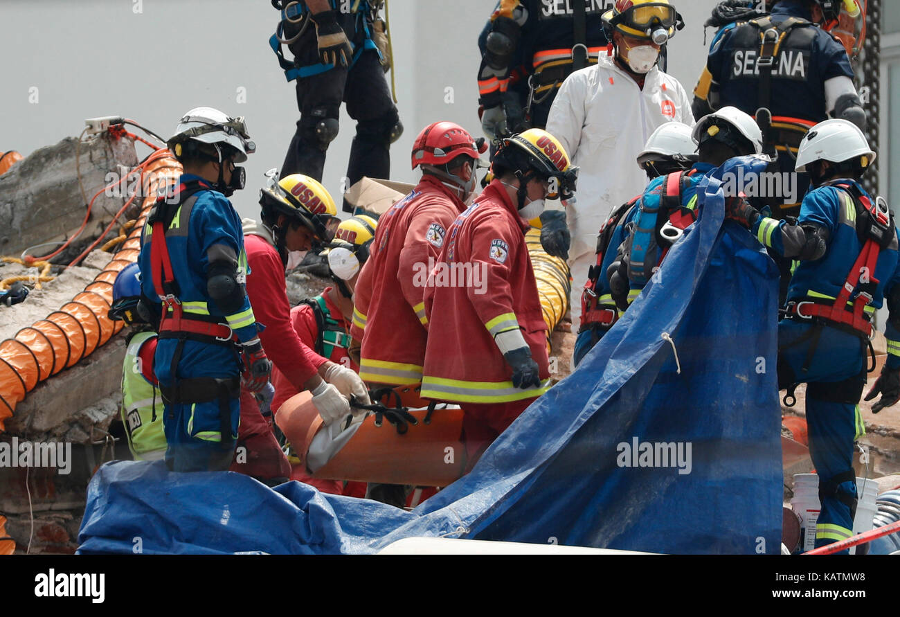 Mexico City, Mexico. 27th Sep, 2017. Brigades continue with the resuce works among the derbis of a collapsed building - Stock Image