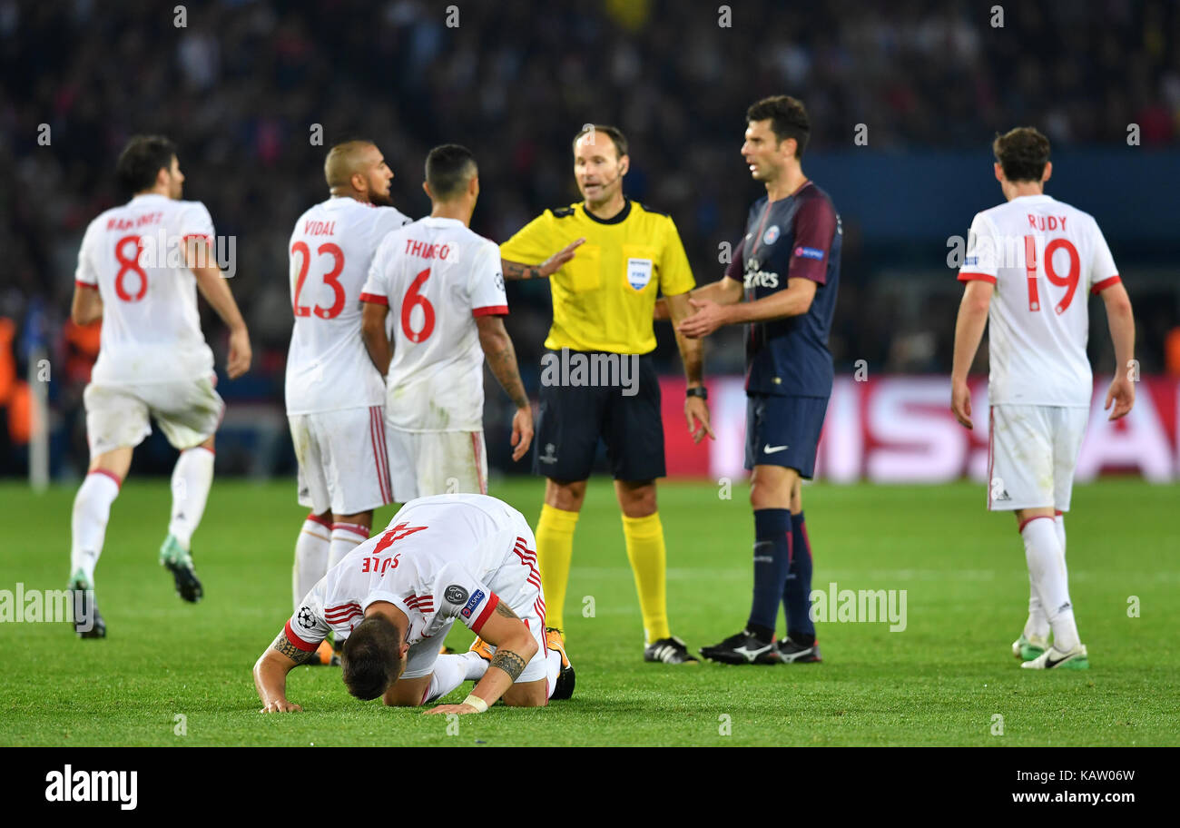 Paris, France. 27th Sep, 2017. Bayern's Niklas Suele (c) lies on the ground while his team members discuss with - Stock Image