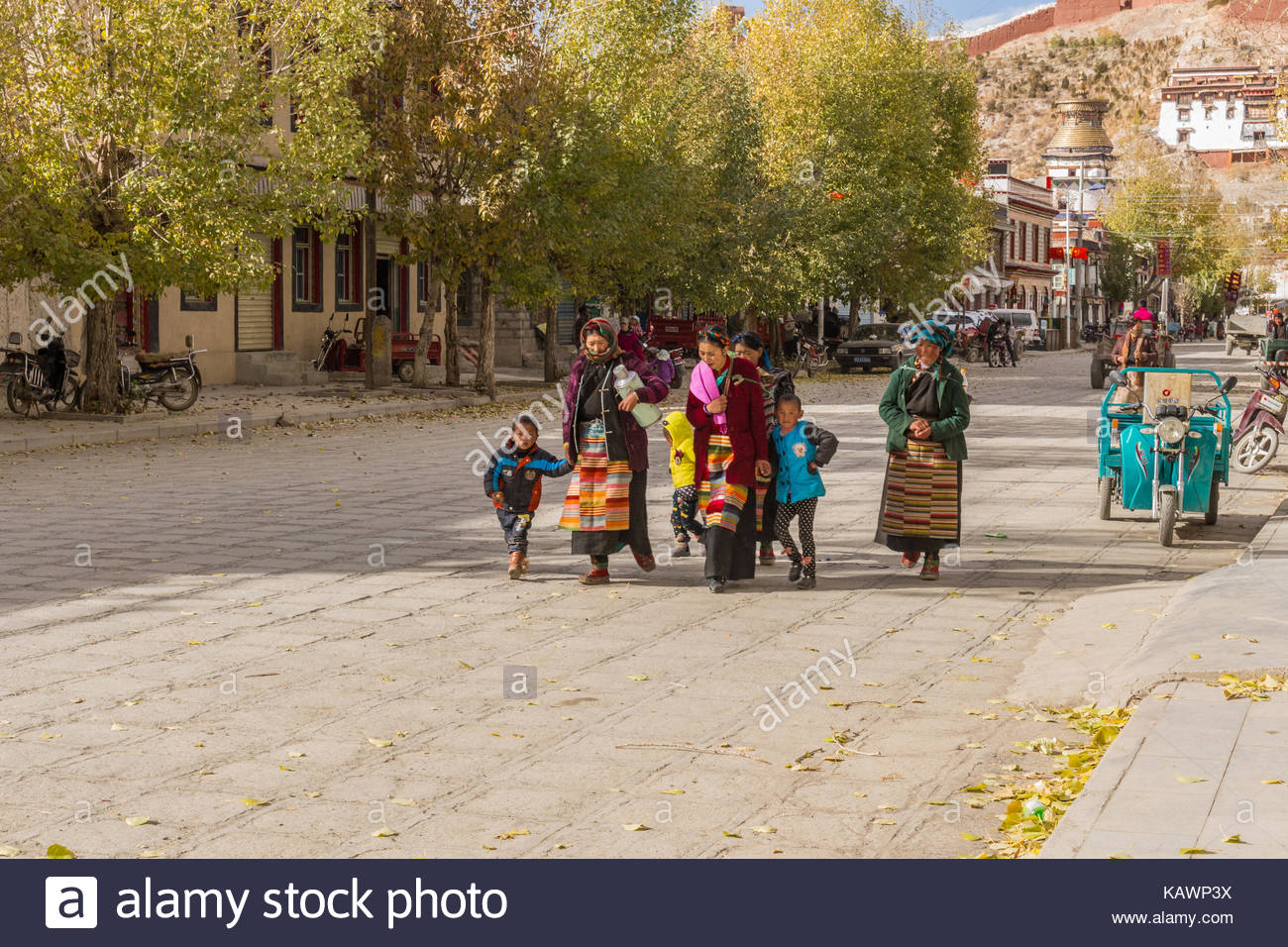 Tibetan Family walking on the main street in Gyantse, Tibet - Stock Image