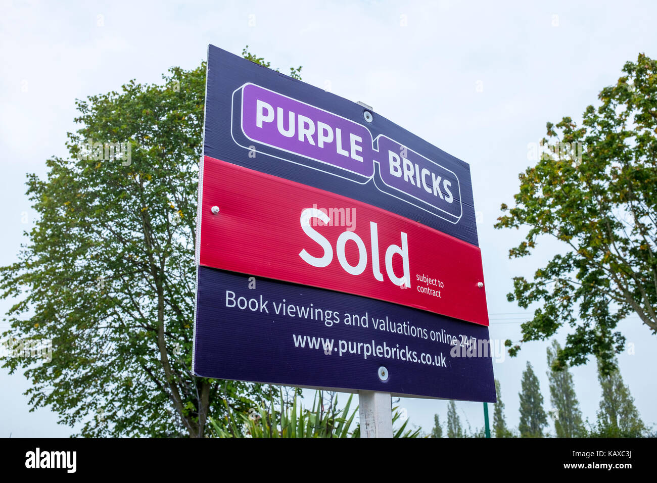 Purple Bricks sold estate agent sign UK - Stock Image