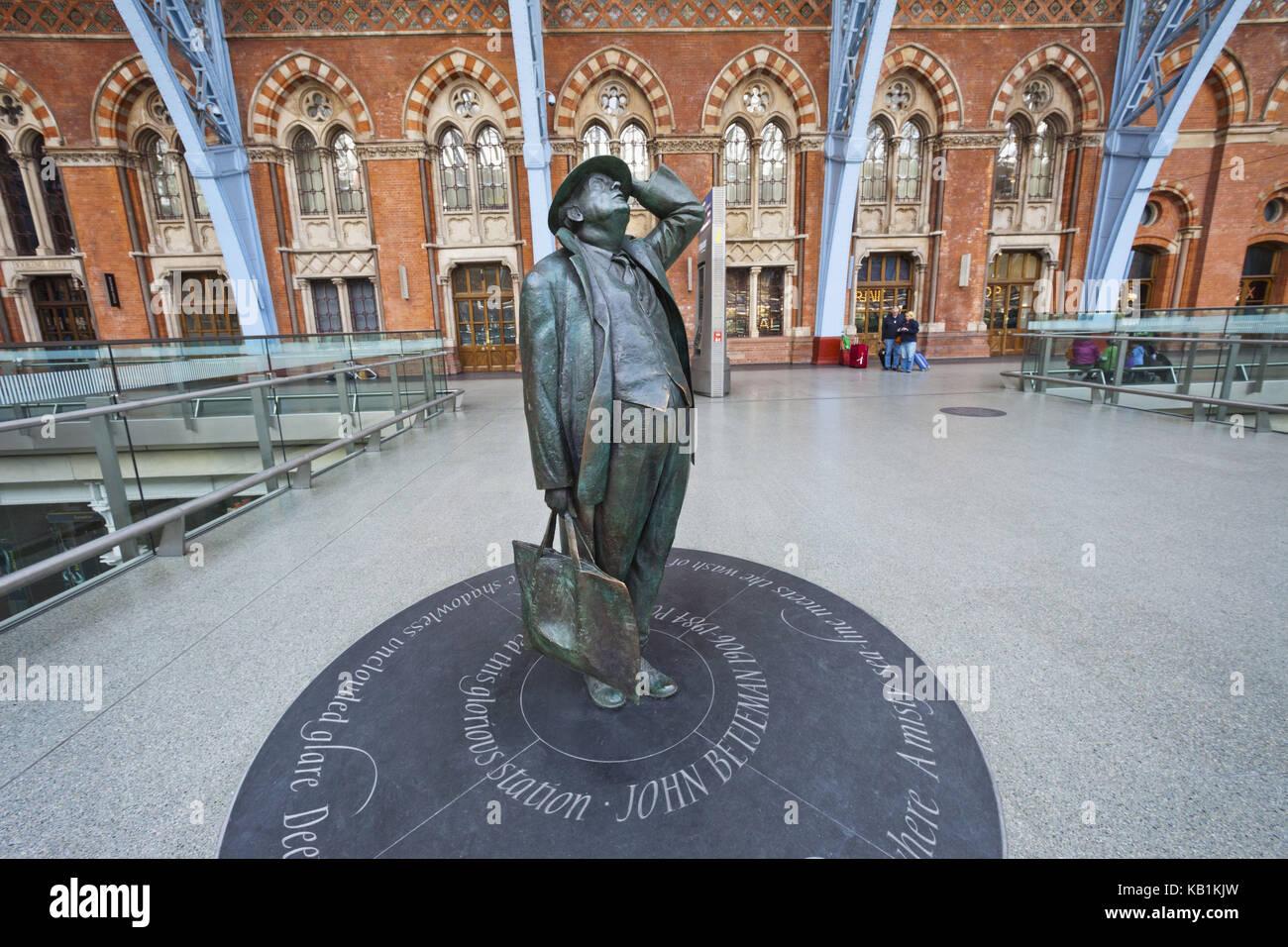 England, London, King's cross, St. Pancras of station, statue of sir John Betjeman von Martin Jennings, - Stock Image