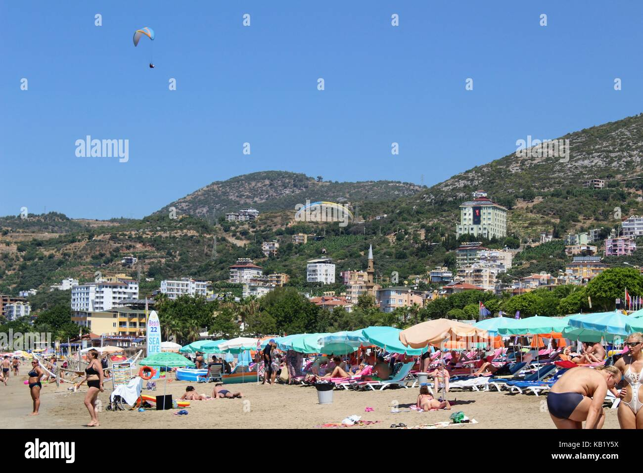 July, 2017 - Vacationers bathe in the sea and sunbathe in the sun on Cleopatra Beach (Alanya, Turkey). - Stock Image