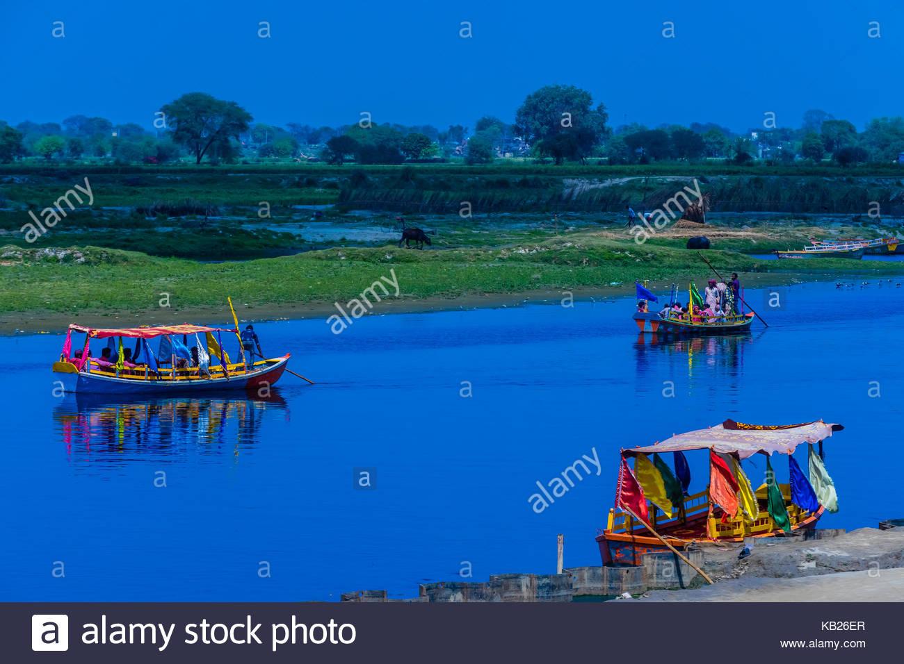Ferry boats crossing the Yamuna River at Gotam Nagar, Vrindavan, Uttar Pradesh, India. - Stock Image