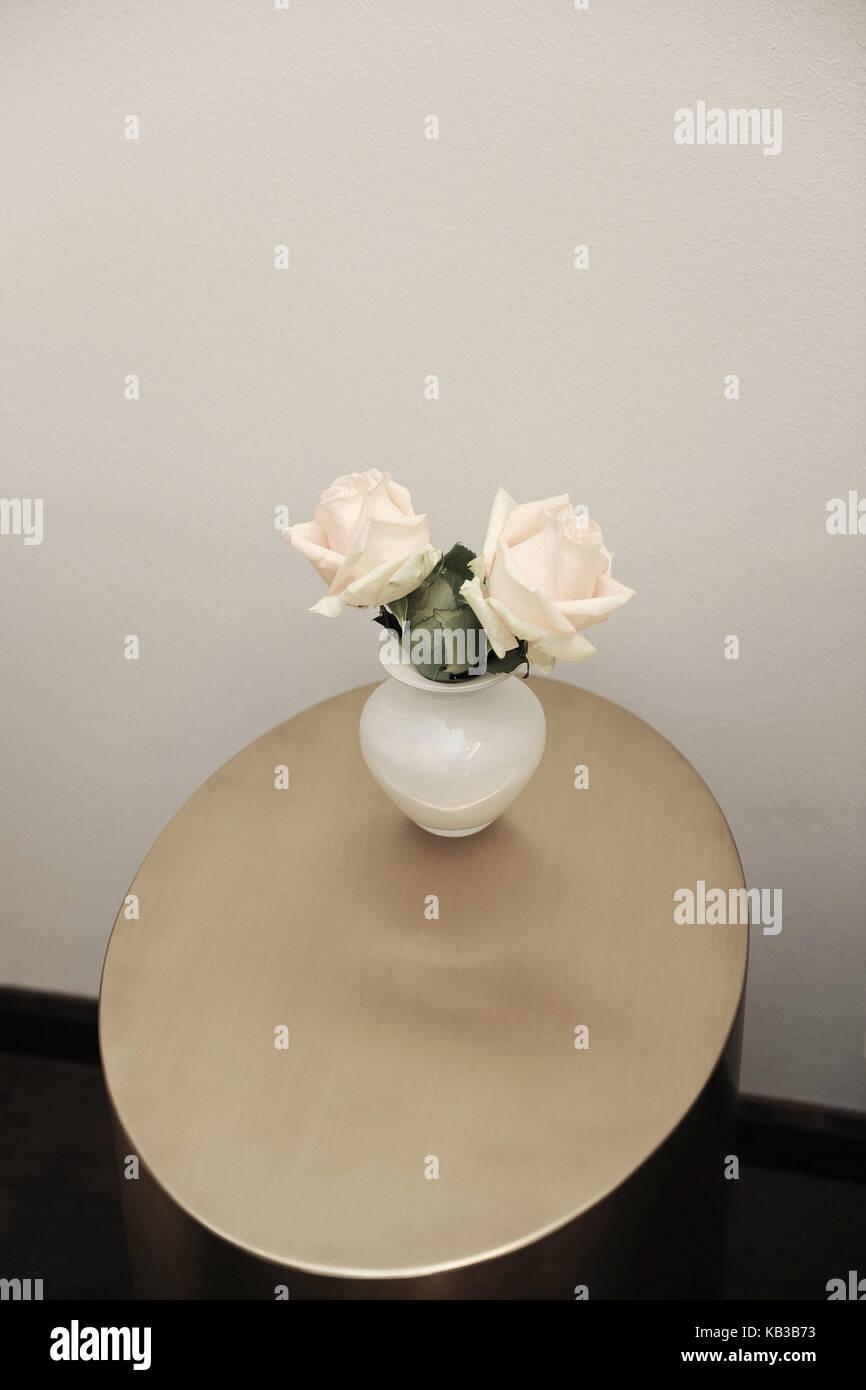Table, flower vase, roses, rose, softly, freshly, roses, period of bloom, two, brightly, arrangement, flower arrangement, - Stock Image