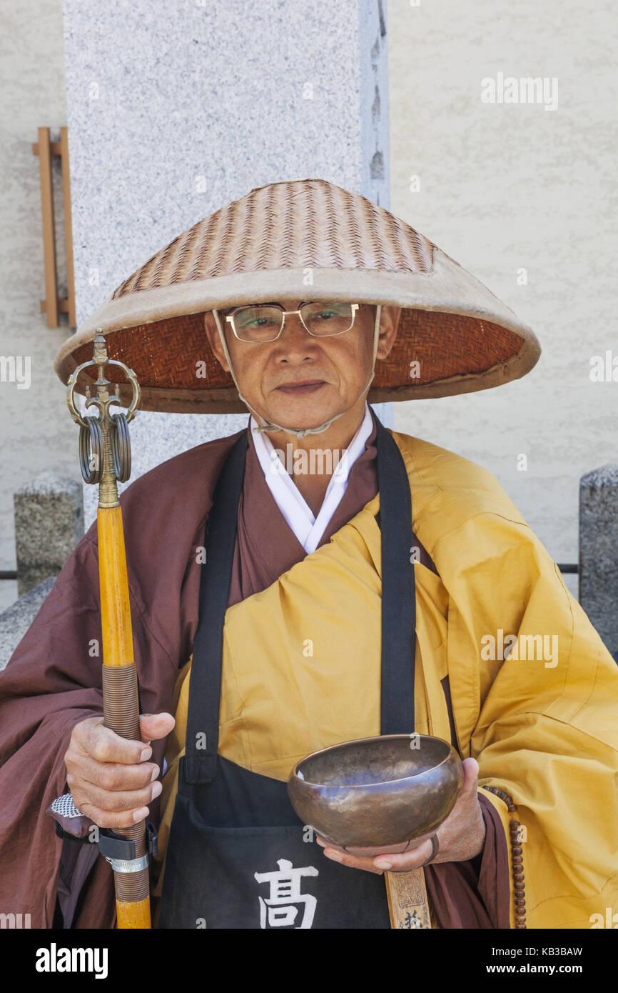 Japan, Honshu, Kansai, Osaka, Tennoji, Shitennoji temple, Zen Buddhism, priest collects alms, - Stock Image