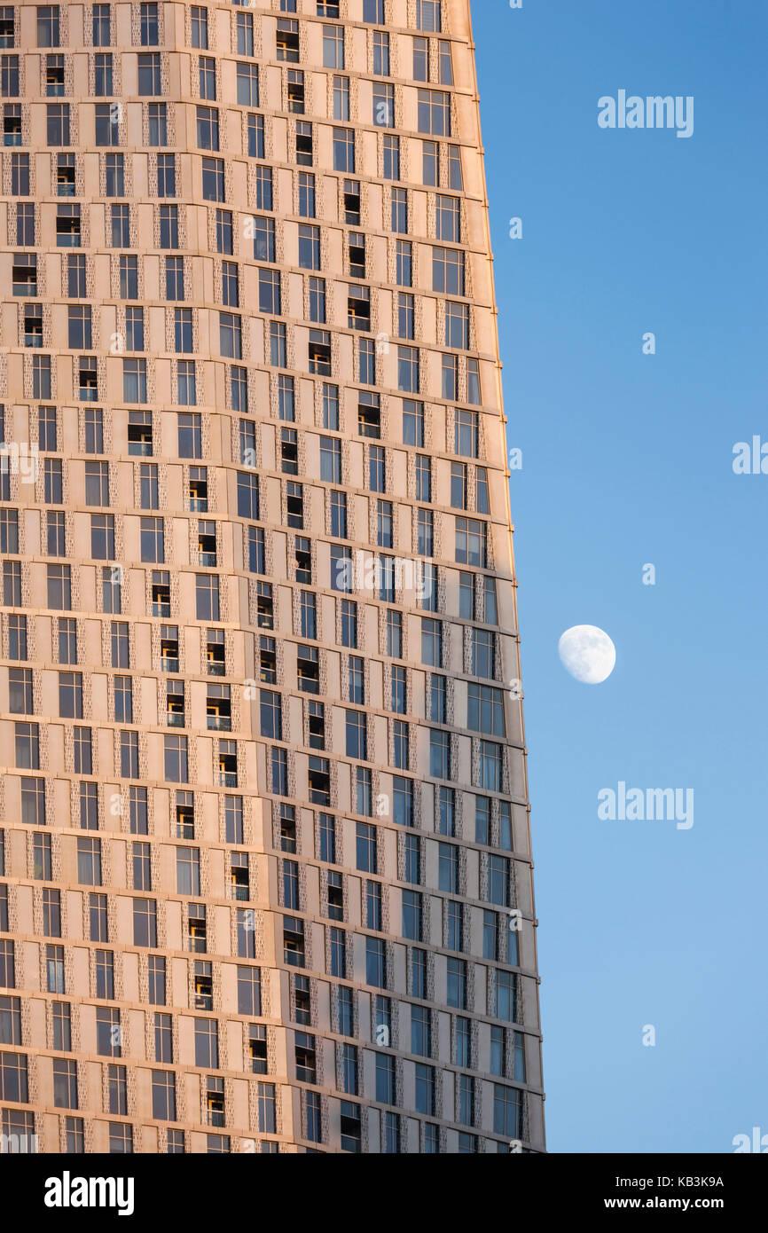 UAE, Dubai, Dubai Marina, the twisted Cayan Tower, with moonrise, dusk - Stock Image