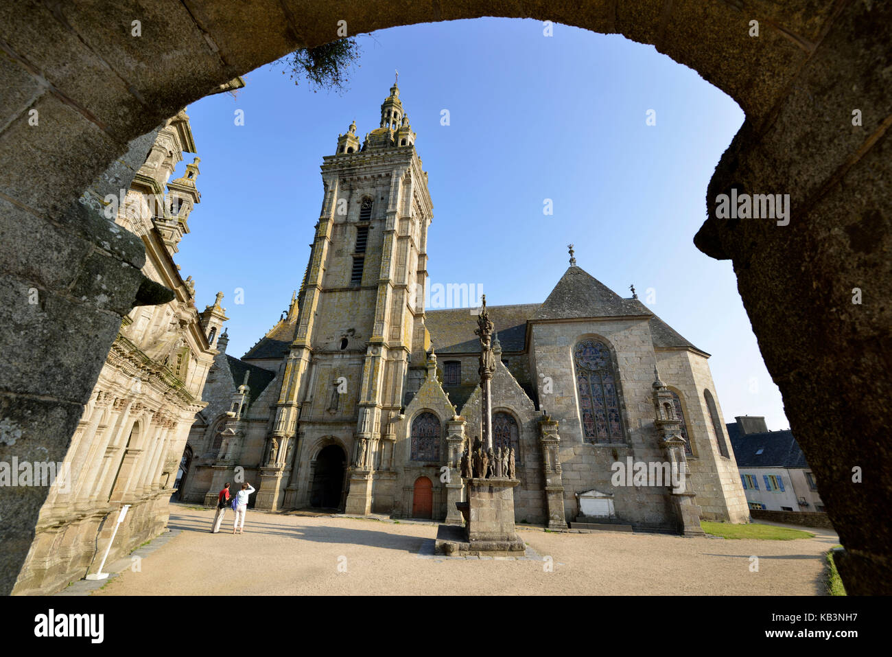 France, Finistere, stop on the Way of St James, St Thegonnec, parish enclosure, church and calvary - Stock Image