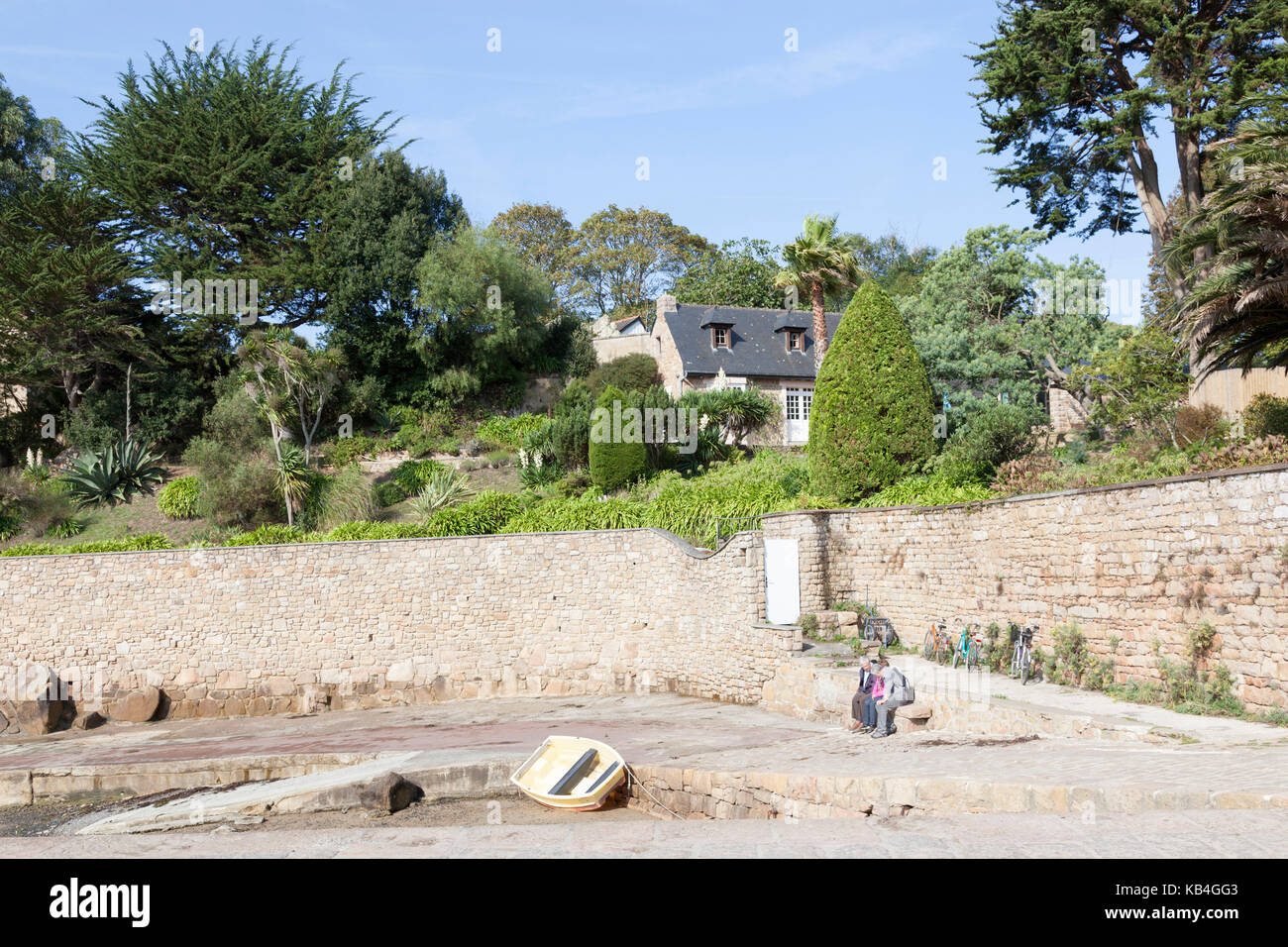 Port Clos at low tide, in the South of the Brehat island (Brittany- France). A well landscaped  character property - Stock Image