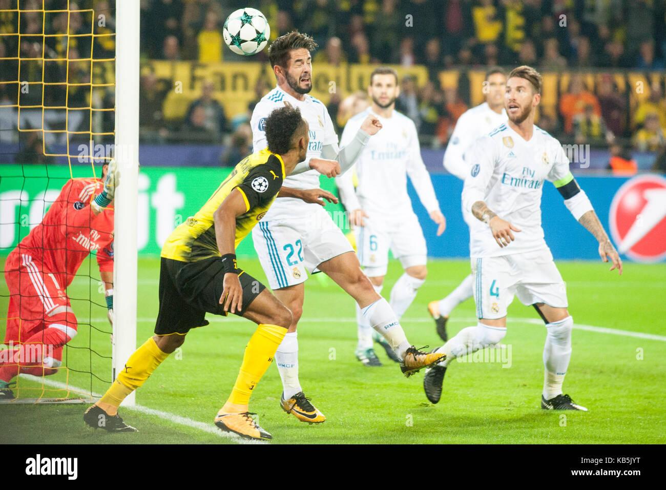 ISCO (mi., Real) rettet vor Pierre-Emerick AUBAMEYANG (DO), Aktion, Kampf um den Ball, Fussball Champions League, - Stock Image
